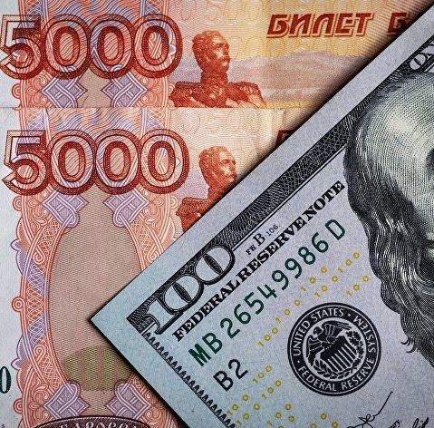 Рубль мало меняется к доллару и подрастает к евро