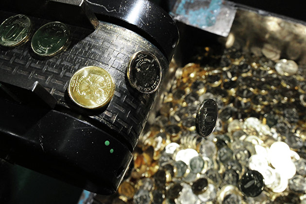 Рубль мало меняется к доллару и евро в начале дня - экономика