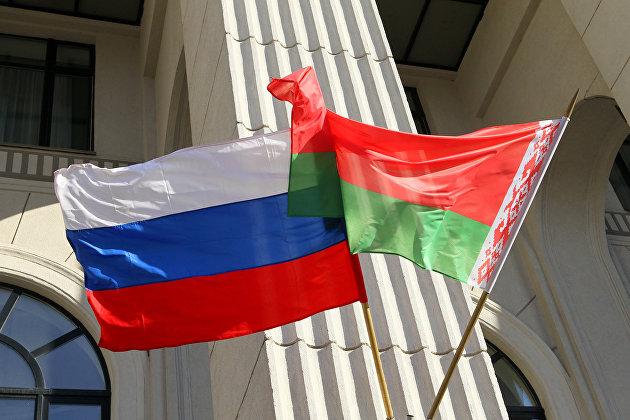 Государственные флаги России и Белоруссии на здании минской филармонии.