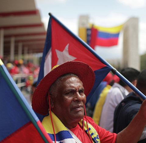 Житель Каракаса с национальными флагами