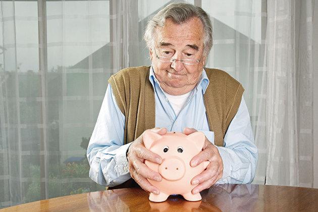 Пенсионер с копилкой