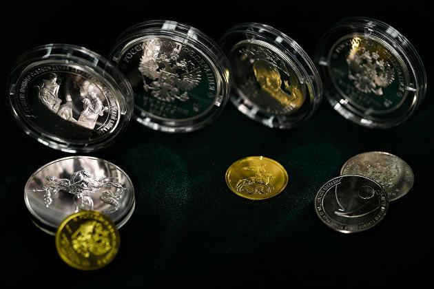 Банк России выпускает в обращение семь памятных монет из серебра и золота