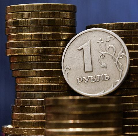 Рубль в начале дня растет к доллару и евро