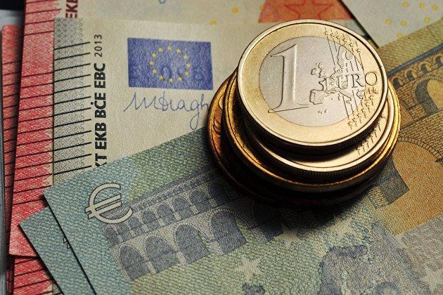 Монета номиналом 1 евро и банкноты евро различного номинала