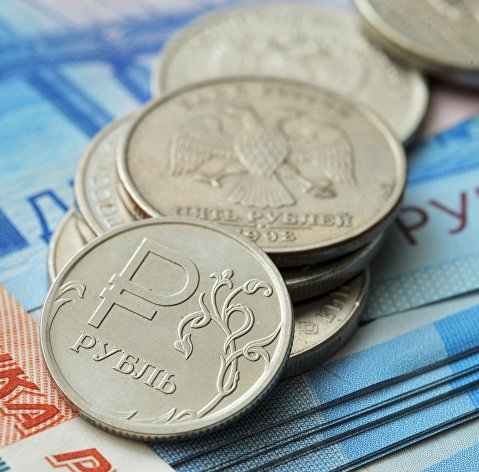 Рубль продолжает расти против доллара и евро вслед за нефтью