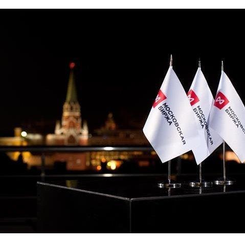 Рынок акций РФ подпрыгнул до максимума почти за две недели на внешнем позитиве