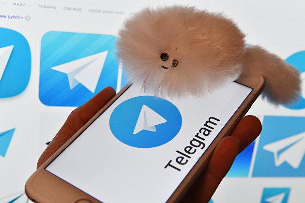 Логотип мессенджера Telegram на экранах смартфона и компьютера
