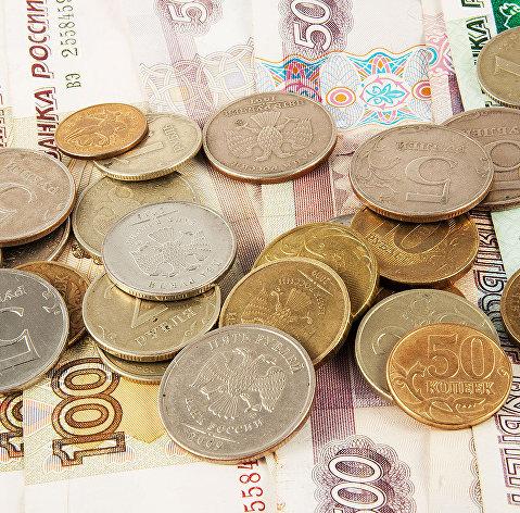 Рубль слабо снижается к доллару и растет к евро