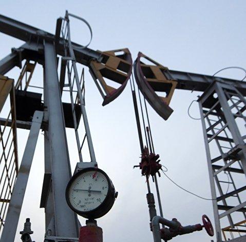 Цены на нефть замедлили снижение при сохранении неопределенности по спросу