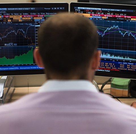 Рубль в начале дня уверенно растет к доллару и евро
