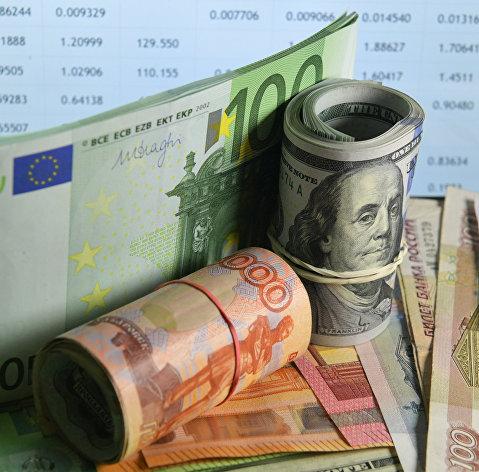 Рубль перешел к снижению к доллару после старта торгов и продолжает терять позиции к евро