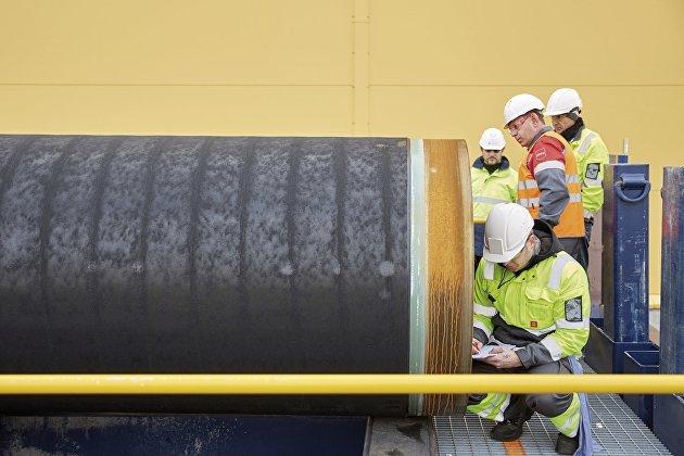 """Инженеры проводят проверку первых труб, необходимых для стоительства двух ниток газопровода """"Северный поток-2"""