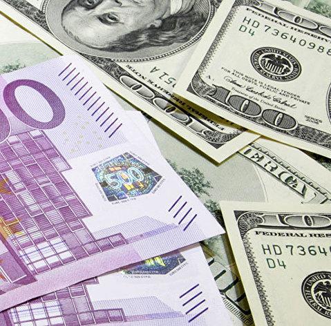 Евро поднялся выше 90 рублей, доллар - выше 76 рублей