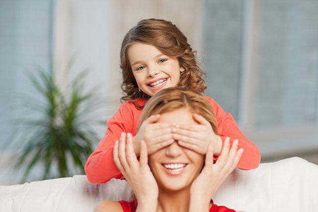 *Мама и дочка играют