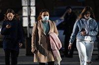 Девушки на улице Гоголя в Новосибирске.