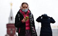 Девушка в маске со смартфоном