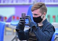 Молодой человек со смартфоном