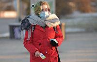 Девушка в защитной маске на улице в Москве.