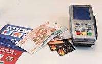 Терминал оплаты банковскими картами и денежные купюры