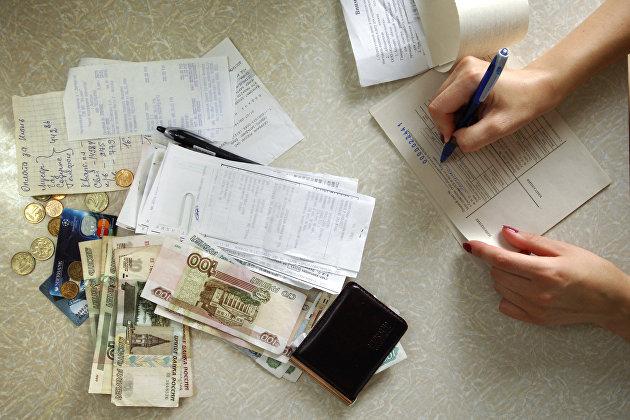 Деньги, квитанции и чеки на оплату коммунальных платежей