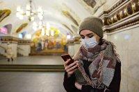 Пассажир московского метрополитена со смартфоном