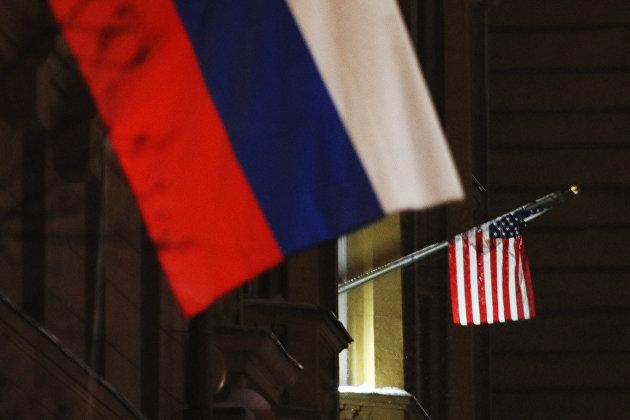 Флаги России и США на здании посольства США