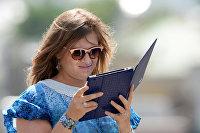 Девушка с планшетным компьютером