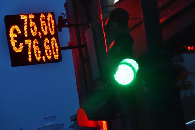 Рубль слабеет на низком глобальном спросе на риск