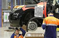 Рабочие во время сборки автомобиля Ford