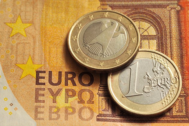 Евро дешевеет к доллару на фоне неоднозначной статистики