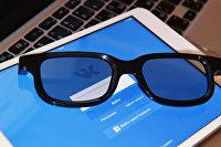 """Страница социальной сети """"Вконтакте"""" на экране планшета"""