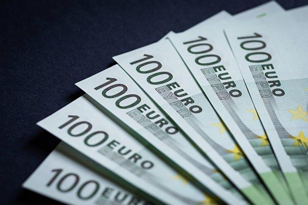 Рубль усиливает рост вслед за нефтью, евро обновил минимум за 13 месяцев