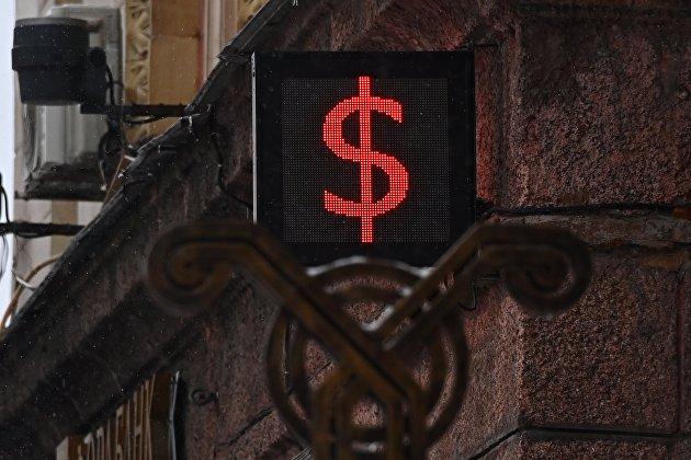 Рубль символически снижается к доллару и евро в первый торговый день августа