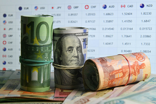 Доллар снижается, евро растет в начале торгов