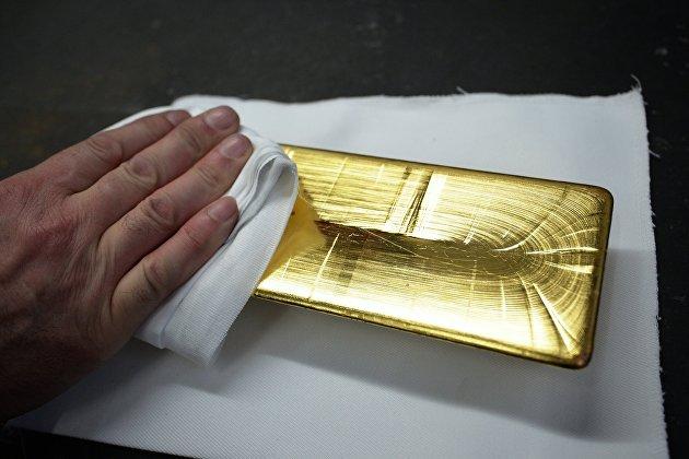 Золото дорожает на 1,5% на ослаблении доллара после заседания ФРС США