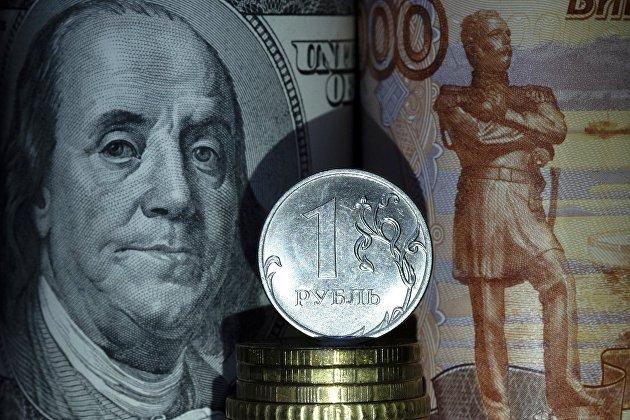 Рубль вечером падает на возросших геополитических рисках