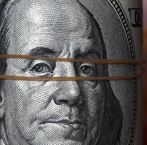 Финансист назвал валюты, в которые стоит переложить средства из долларов