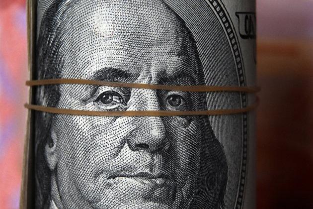 Доллар слабо меняется к евро после статистики из США