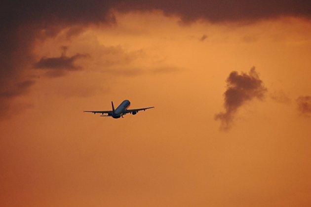 Самолет Airbus A320-214 авиакомпании Ural Airlines в небе над аэропортом Домодедово