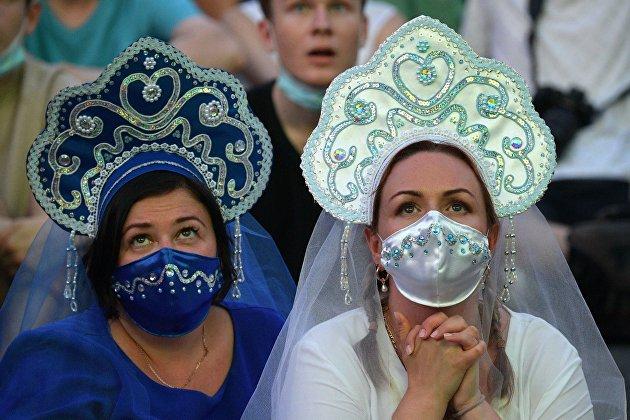 Болельщицы смотрят трансляцию матча Чемпионата Европы по футболу в фан-зоне