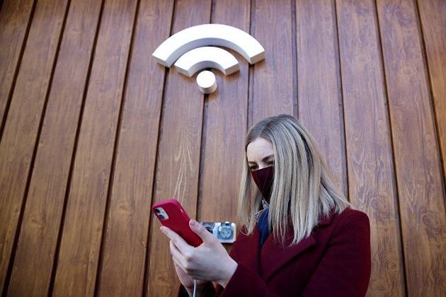 Девушка заряжает мобильный гаджет