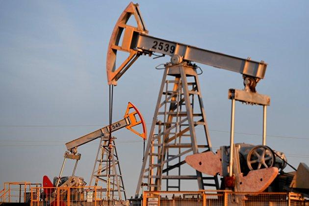 Экономист Зубец: цена на нефть в какой-то момент может достичь ста долларов, но это будет недолго