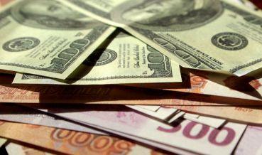 Рубль в начале дня снижается к доллару и растет к евро
